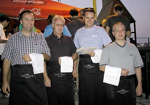 Spolu s niektorými členmi predstavenstva GENERALI sme si vyskúšali prácu čašníkov. Verte mi, nie je to žiadna sranda