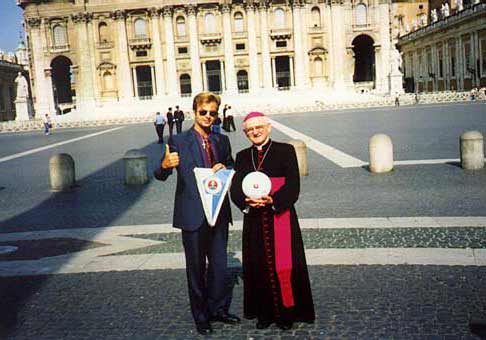 Ja vo Vatikáne s biskupom Hrušovským.