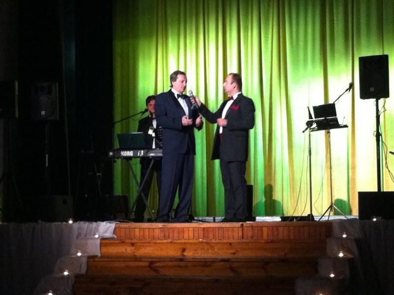 Mestský ples mesta Nováky 2012. Na pódiu s primátorom Ing. Dušanom Šimkom. 28.1.2012, Nováky.