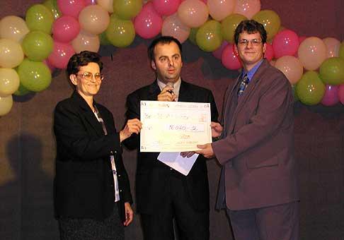 Kamil Gašpar, agentúra Camillius, odovzdáva výťažok koncertu primárke oddelenia detskej onkológie Kramáre.