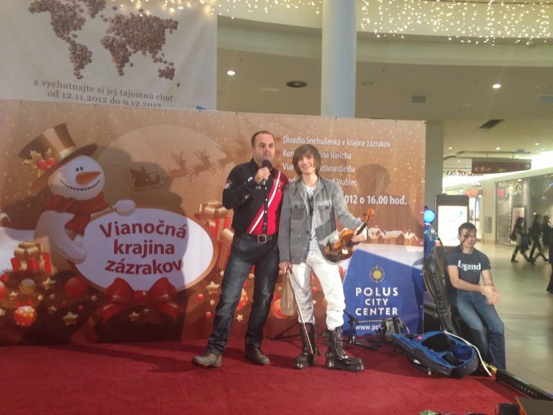 Mikuláš v Poluse. S Filipon Jančíkom, rockovým huslistom. 6.decembra, 2012. Bratislava.