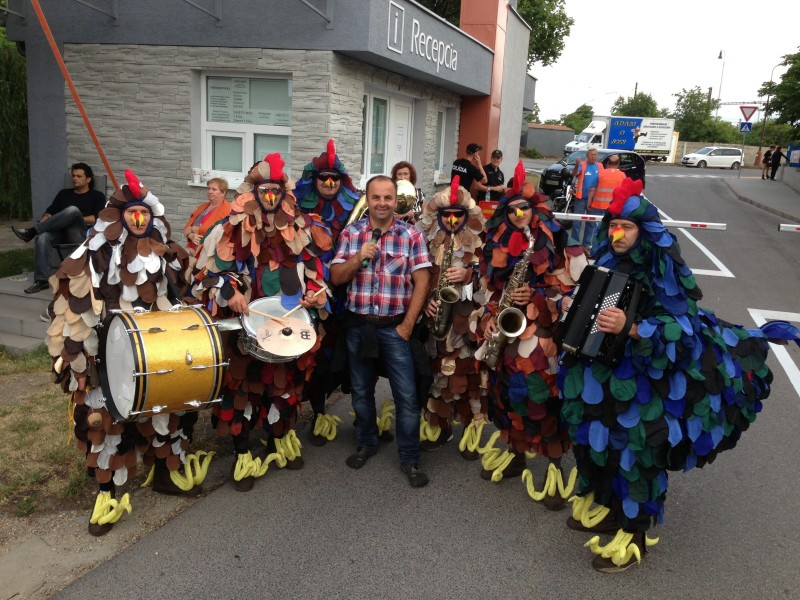 So skvelou slepačou kapelou na karnevale v Senci. 28.júna.2013. Senec.