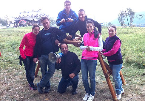 Jeden zo súťažných teamov v rámci teambildingu spoločnosti Agora Plus a O2 na Donovaloch. 22.9.2011, Donovaly.