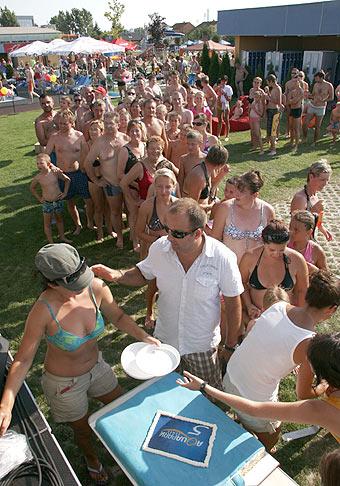 Oslava 5. narodenín Aquaparku v Senci. Skvelý program, vytvorený slovenský rekord a samozrejme narodeninová torta. 1.8.2009.