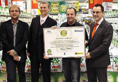 Odovzdanie certifikátu Knihy slovenských rekordov zástupcom Procter And Gamble a spoločnosti Ahold Slovakia za vytvorenie Ariel Slovenského rekordu. Moderoval Libor Bouček.