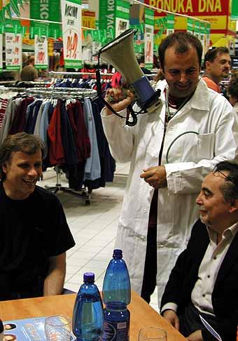 S Dušanom Kleinom (vpravo) a Lukášom Vaculíkom na autogramiáde v Hypernove.