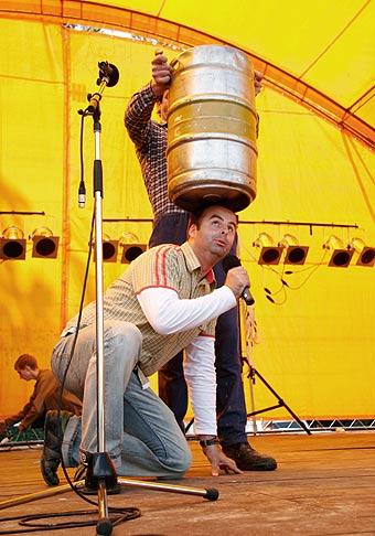 Práca moderátora môže byť aj riadne nebezpečná. Deň obce Bernolákovo. 3.6.2006.