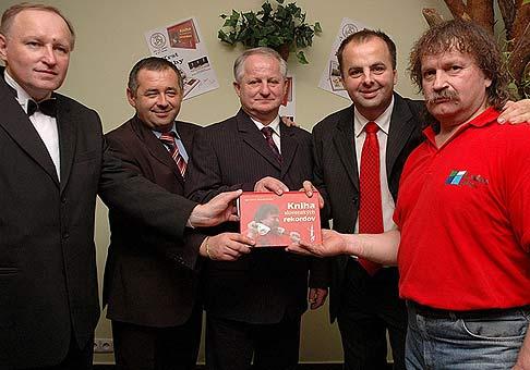 Z ľava do prava: Igor Svitok, Róbert Mačák, Július Šupler, ja a Juraj Barbarič, pri krste našej Knihy slovenských rekordov. Hotel Sobota, 29.11.2007.