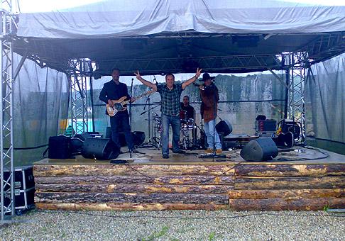 S Alanom Mikušekom a jeho kapelou na akcii Beh so ženou na chrbte v MASH Tabore v Bratislave. 18.6.2010 Bratislava.