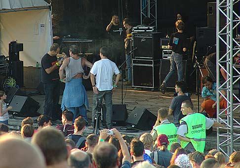40. ročník Festivalu Červeník 2005: ten, kto mal najpehavejší chrbát, sa mohol odfotiť s Katkou Knechtovou zo skupiny Peha.