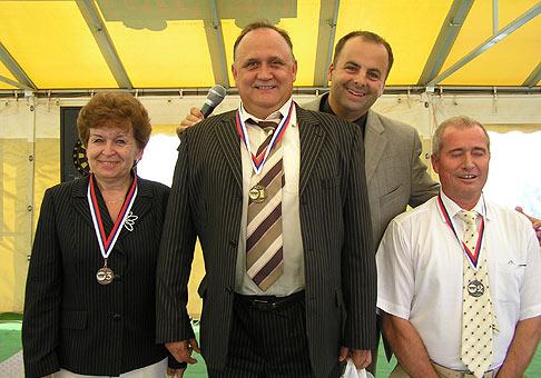Na akcii Coop Jednota Slovensko sa súťažilo v stolnom futbale a v šípkach. Na fotografii su najúspešnejší suťažiaci v hode šípkami. 27.5.2008.