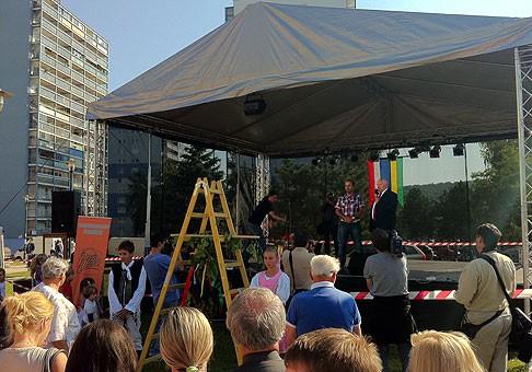 Dúbravské hody slávnostne otvoril starosta Ing.Ján Sandtner, ktorý deťom rozdal veľký hroznový strapec. 24.9.2011, Bratislava.