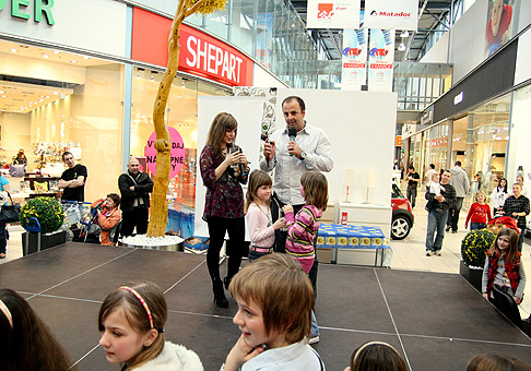 Svetový deň vody v Avion shoping park. Zaspievať prišla aj  Dominika Stará, ktorá si pochutila na čistej vode v našej súťaži. Akciu organizovalo Ministerstvo životného prostredia SR. 20.3.2010 Bratislava.