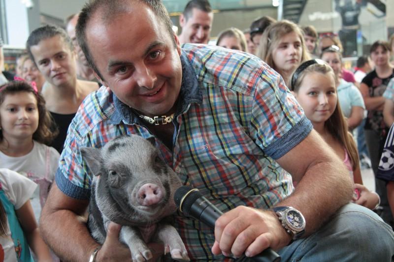 Víťaz Festivalu Zvierat v Avione, najmilšie zvieratko Bratislavy - prasiatko Peggy. 2.10.2011, Bratislava.