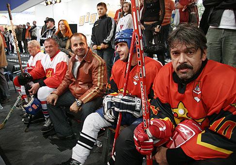 Z ľava do prava: Jožo Golonka, Imrich Béreš, Mário Porubec a Ivan Gogáľ. Hokejový zápas hviezd. Avion Shopping Park. 20.10.2007.