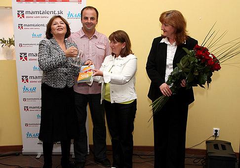 Krstnou mamou knižky Sľub z vydavateľstva Ikar je Emília Vášaryová, vpravo Valéria Malíkova, riaditeľka vydavateľstva Ikar. 20.5.2010.