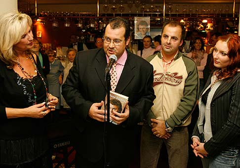 Krst knihy O Karolovi Duchoňovi. Zľava doprava: Eva Máziková, Roman Slušný - autor knihy a Monika Zázrivcová. Bratislava 25.11.2005.