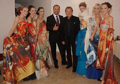 S Karlom Gottom a modelkami, ktoré predviedli šaty s motívmi obrazov Karla Gotta. 4.7.2011, Bojnice.