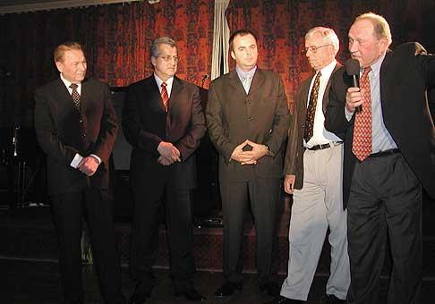 Narodeniny Vinca Lukáča sa zúčastnili okrem prezidenta aj najlepší československí hokejoví tréneri. Luděk Bukač a Stanislav Neveselý (s mikrofónom).