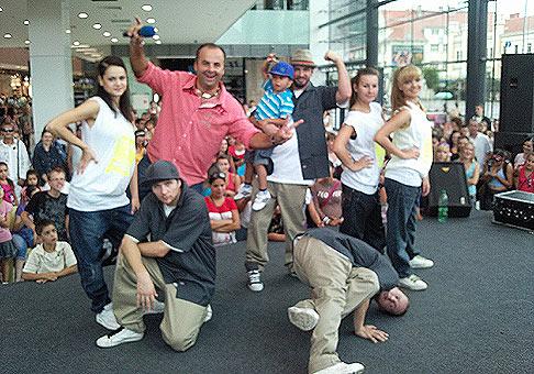 Veľkolepé štvordňové otvorenie nákupno zábavného centra Mlyny v Nitre. Na fotografii Laci Strike and Street dance academy. 10.9.2009 Nitra.