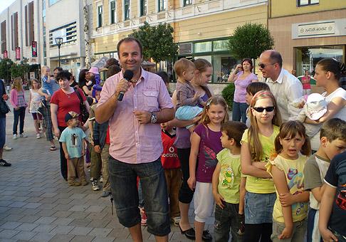Na akcii pre deti MDD so spoločnosťou  Nitrazdroj na pešej zóne v Nitre sme rozdali 1000 balíčkov v približnej hodnote 6000 eur. Užasnééééé :-) 28.5.2010 Nitra.