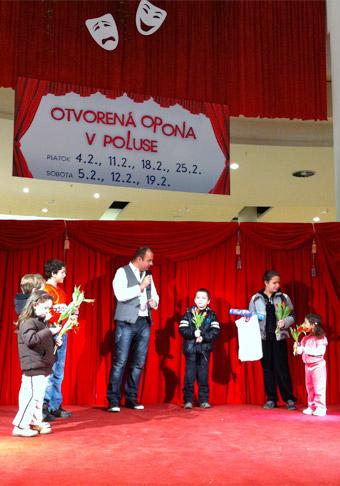 Otvorená divadelná opona v Poluse v mesiaci Február 2011.
