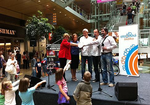 Občianske združenie Šanca predstavilo verejnosti v Bratislavskom Auparku nový projekt Otcovská škôlka. 19.6.2011, Bratislava.