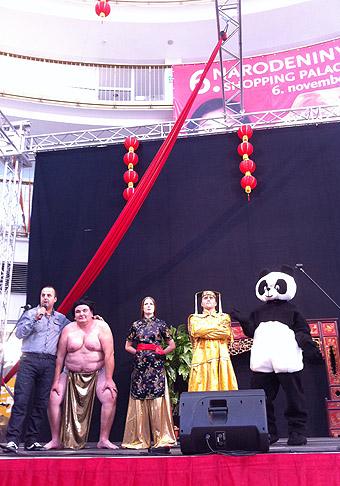 6. narodeniny obchodného centra Shopping Palace na Zlatých Pieskoch v čínskom štýle. 6.11.2010 Bratislava.