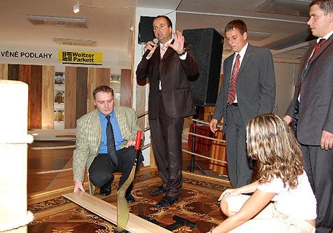 31.máj 2007. Otvorenie moderného podlahového centra v Pardubiciach, namiesto strihania pásky, sme rezali parketu ;-)