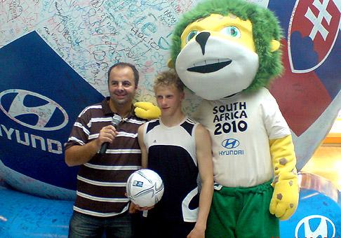 V Poprade v Maxe počas Hyundai Tour, sme boli šokovaní z užastného výkonu v žonglovaní s loptou. Lukáš Toth si loptu nadhodil 2350 krát za 35 minút. 22.5.2010 Poprad.