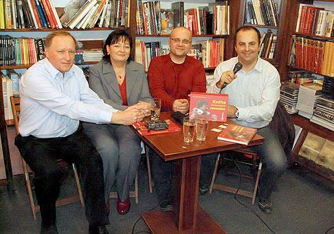 Prezentácia Knihy slovenských rekordov v Auparku. Zľava doprava Igor Svitok, Magdaléna Gondolová, Dado Nagy a ja. 8.1.2008.