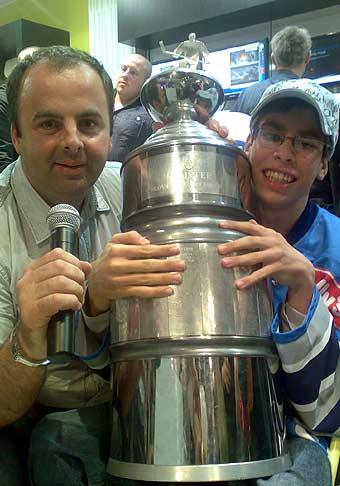 Otvorenie novej predajne Samsung v Poluse spestrila aj autogramiáda hokejistov Slovana Bratislava. Na fotografii som s najvernejším fanúšikom Slovana a Majstrovskou trofejou. 18.04.2008.