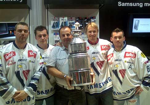 Kropač, Kapuš, Lažo a Hreuš zo Slovana Bratislava na autogramiáde v Poluse v značkovej predajni Samsung. 18.04.2008.