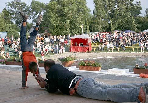10. ročník Seneckého karnevalu 30.6.2006 si niekedy vyžadoval poriadnu moderátorskú obetavosť. A publikum za ňu bolo veľmi vďačné.
