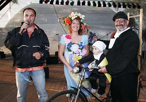 Vyhlásenie maj masiek Seneckého karnevalu. Kominárikovia za ocenenie svojej masky priniesli so sebou trochu slniečka.