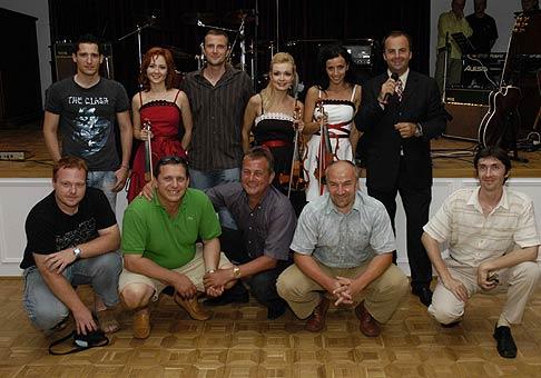 Prvý ročník tenisového turnaja Budamar Logistics. V strede Karol Kučera a huslistky G-Strings. V strede dolu generálny riaditeľ Attila Süll.