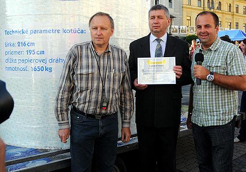 Spoločne s generálnym riaditeľom SHP Harmanec Danielom Krchňavým pri Najväčšom kotúči toaletného papiera na svete.12.6.2009 Banská Bystrica.