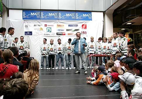 Odovzdávanie bronzových medailí hokejistom HK 36 Skalica v zábavno-obchodnom centre MAX v Skalici. 6.4.2008.