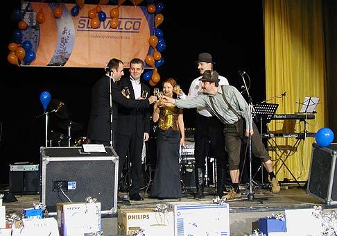 9. ročník reprezentačného plesu Slovalco, okrem Andiho Krausa a Petra Marcina, je na fotografií gen. riaditeľ ing. Ivan Veselý s manželkou.