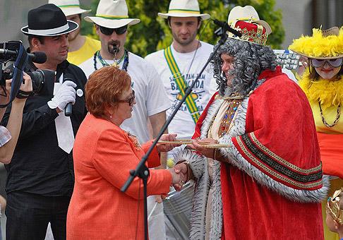 Viceprimátorka mesta Senec, pani Helena Nemcová, odovzdáva kráľovi Seneckého karnevalu symbolický kľúč od mesta. 25.6.2010, Senec.