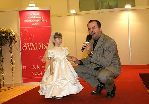 Najkrajšia družička na 5. ročníku výstavy Svadba. Samozrejme v ľavo.