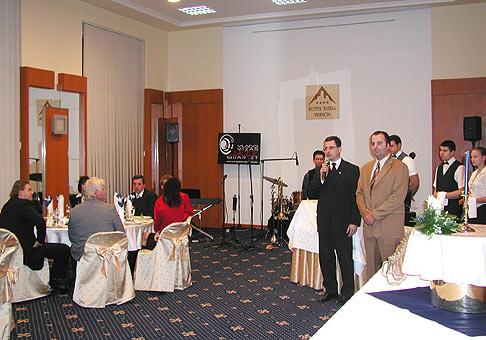 Ochutnávka Tokajských vín pre klientelu Hotelu Tatra v Trenčíne. Vedľa mňa riaditeľ ing. Pavol Kašuba.
