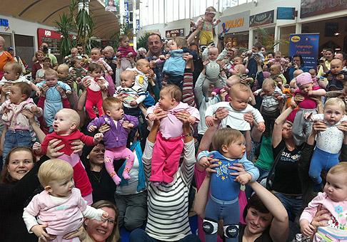 V Teplicích sa závodov batolat zúčastnilo 98 bábätiek, nájdite ma medzi nimi :). Teplice, 16.4.2011.