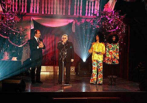 Stano Dančiak, ako čestný hosť na Vianočnom koncerte Úsmev ako Dar, odovzdal jedno z ocenení. V klaunských kostýmoch skvelí Adela a Sajfa. 3.12.2010, Bratislava.