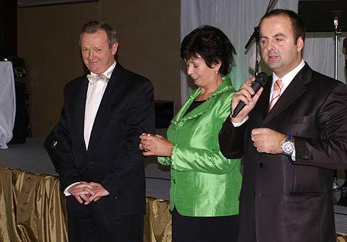 Vyhlasovanie výsledkov Hotel roka a Reštaurácia roka 2008. V strede bývalá prezidentka Zväzu hotelov a reštaurácií Zuzana Šedivá a nový prezident Jozef Bendžala.